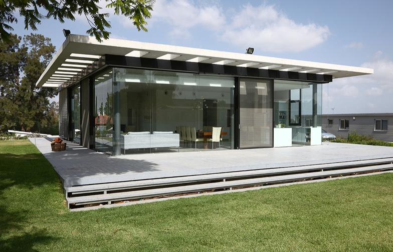 בית הזכוכית במרכז הארץ, תוכנן על ידי מיכאל - אקר אדריכלים. כמו שהשם מרמז, קירותיו החיצוניים עשויים זכוכית.
