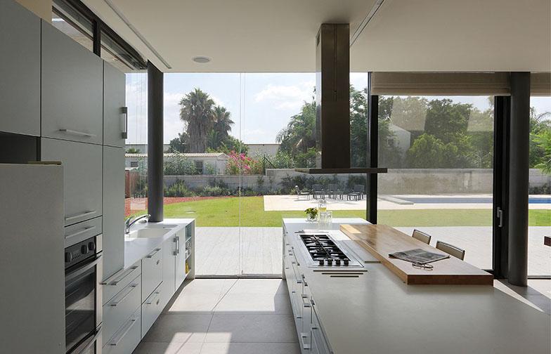 המטבח בשני פסים מקבילים בוצע על ידי חברת רגבה. משטחי העבודה עשויים קוריאן לבן , ומשטח האכילה מבוצ'ר אלון.