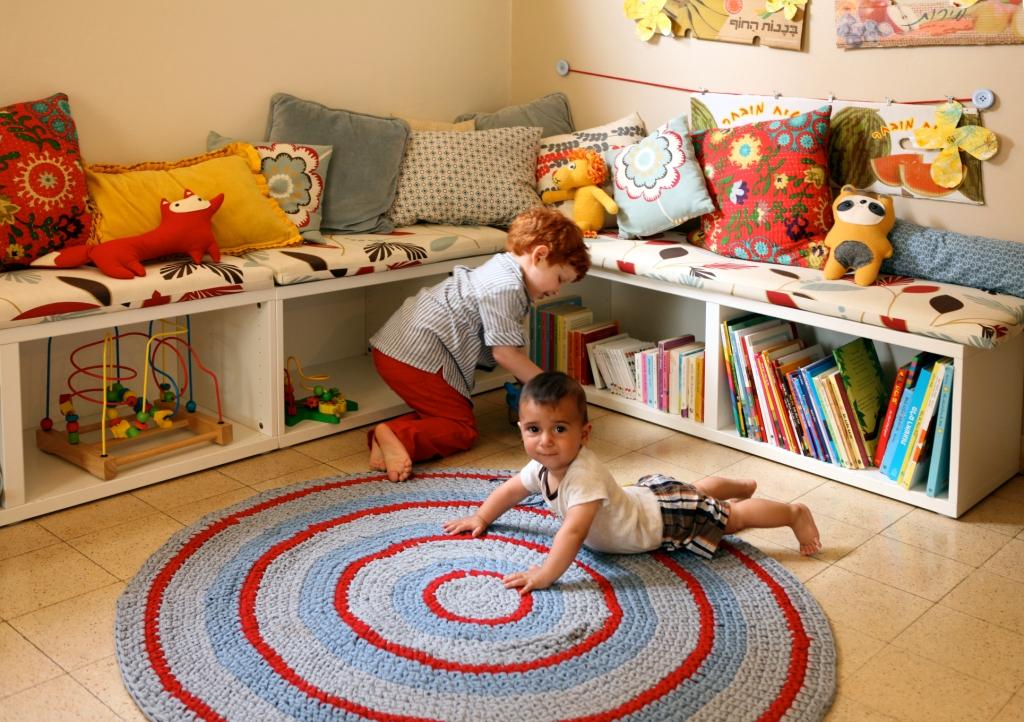 עשויה שתי יחידות של כוננית הטלוויזיה מסדרת בסטה. השטיח, אגב, הוא של פיצקדולים.