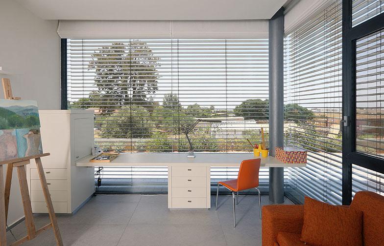 חדר העבודה והאירוח מכיל שתי עמדות עבודה וספה נפתחת לאורחים. לבית שתי מערכות הצללה - מערכת תריסים חיצונית ומערכת וילונות רומיים פנימית.