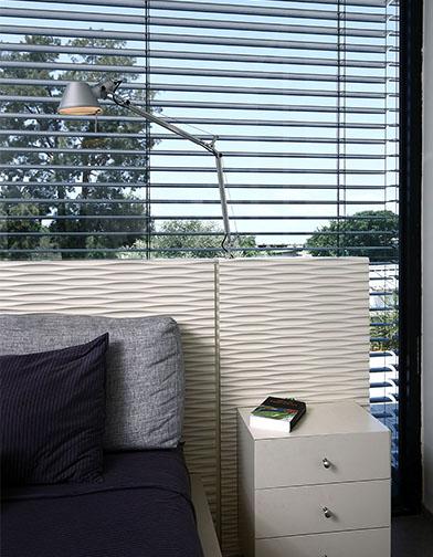 פרט של המיטה. מנורת הקריאה מותקנת גם היא בגוף המיטה.