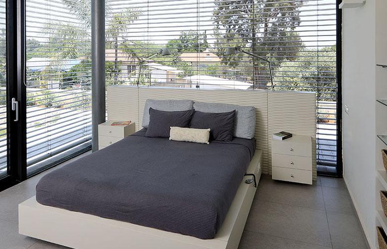 חדר השינה גם הוא בעל שני קירות זכוכית. המיטה תוכננה במיוחד ובתוכה מותקנים המפסקים לתאורה, החשמל למיטה המתכווננת, חוטי הטלפון ועוד.